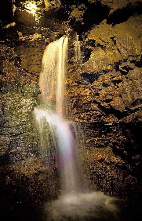 Das neue Foto für die Postkarte der Ts...rhöhle vom vier Meter hohen Wasserfall  | Foto: privat
