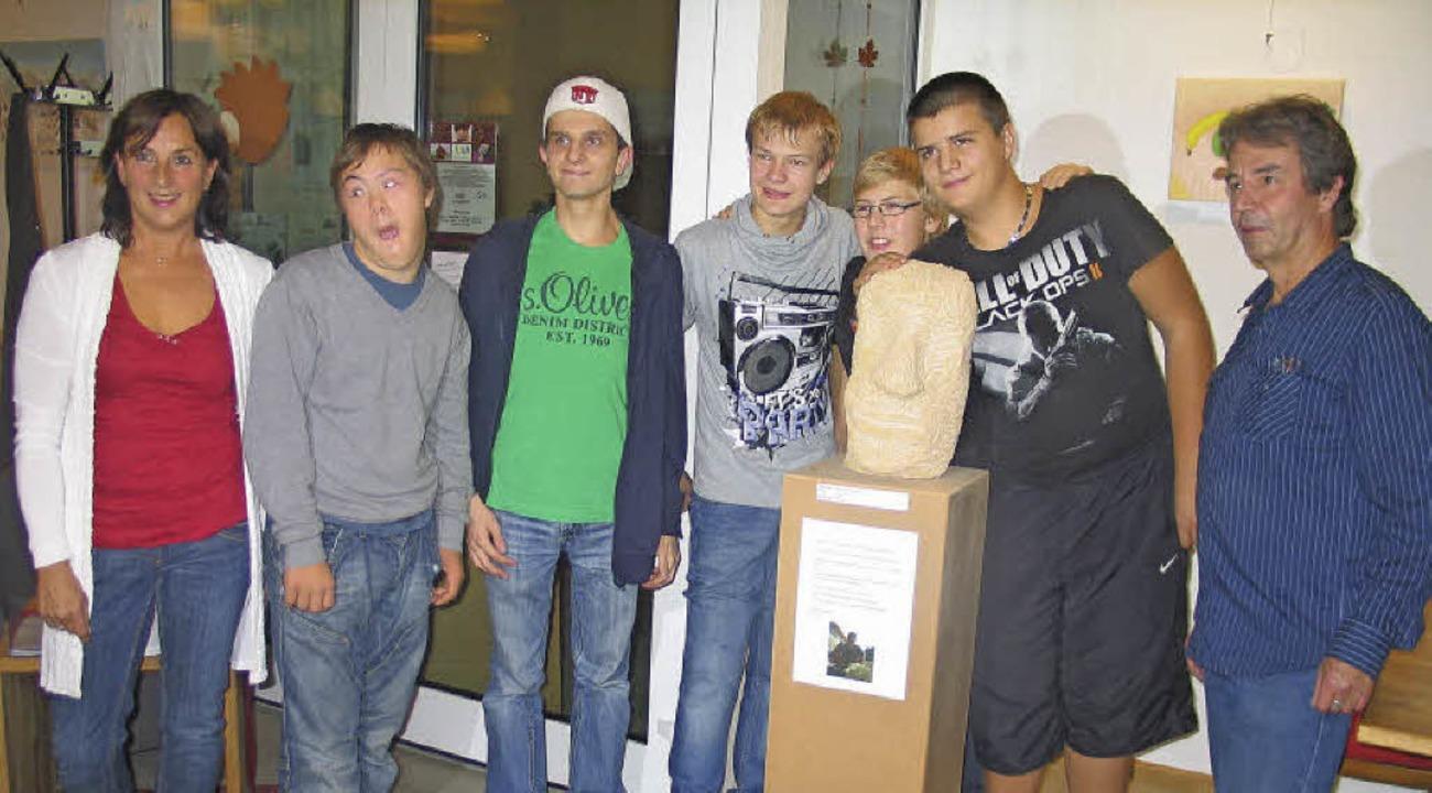 Stolz präsentierten fünf Schüler der E...e und Joachim Bihl geschaffen wurden.   | Foto: Gustav Rinklin