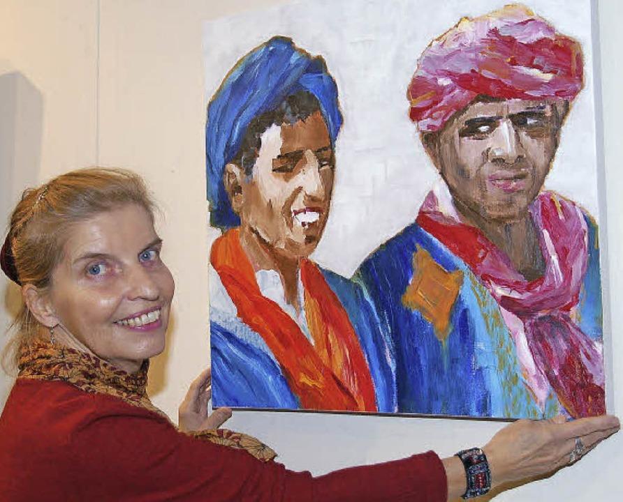 Ulrike Bach, Vorsitzende des Kunstvere...ng der Ausstellung die Bilder zurecht.    Foto: Andrea Steinhart