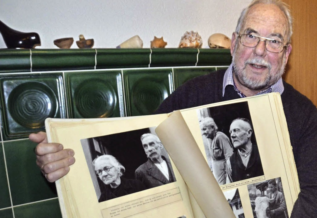 Helmut Bauckner mit dem Original: Die Fotodokumentation  Wyhlen 1944.   | Foto: Martina Weber-Kroker