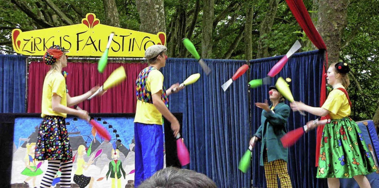 Jonglieren ist nur eine Disziplin des Zirkus Faustino.   | Foto: Berhnard Seitz