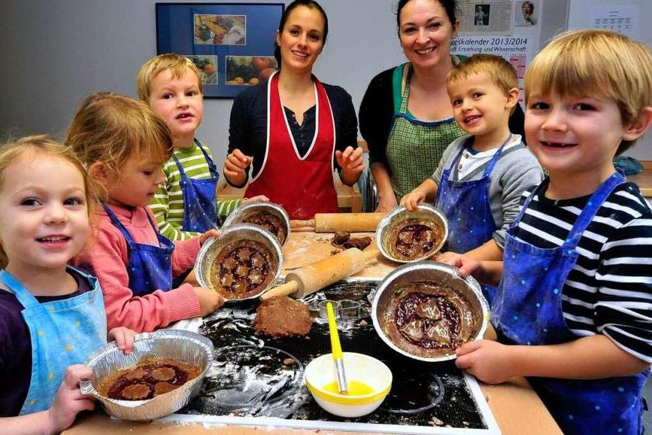 """Kinder des Kindergartens Sonnenwinkel in Vörstetten backen mit zwei Müttern Linzertorte für  """"Kinder helfen Kindern"""". (Foto: Thomas Kunz (honorarfrei))"""