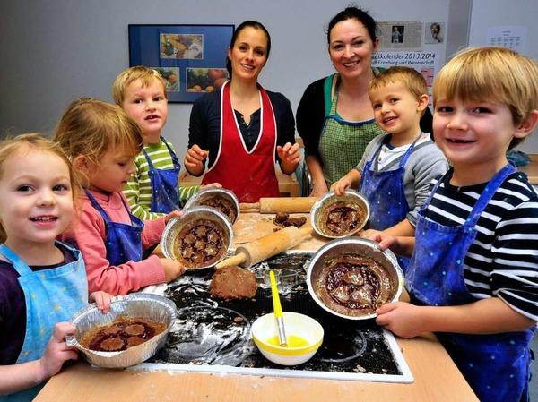 """Kinder des Kindergartens Sonnenwinkel in Vörstetten backen mit zwei Müttern Linzertorte für  """"Kinder helfen Kindern""""."""