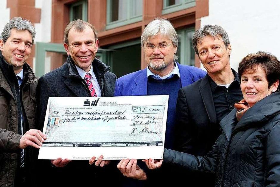 2500 Euro gehen an die Freiburger Klinikschule und die  Vereinigung zur Hilfe psychisch kranker Kinder. (Foto: Thomas Kunz)