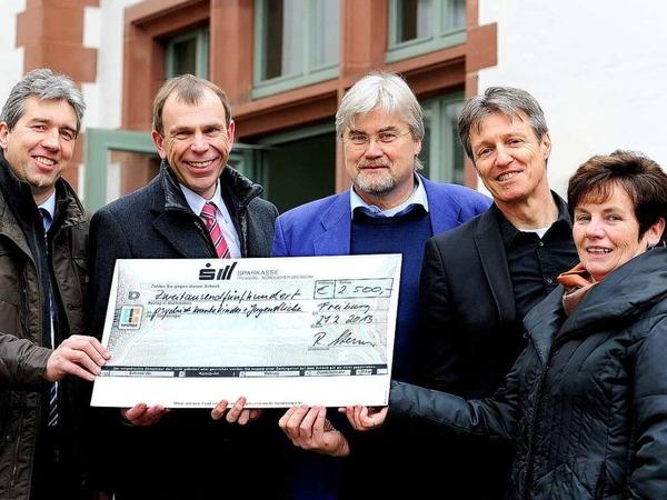 2500 Euro gehen an die Freiburger Klinikschule und die  Vereinigung zur Hilfe psychisch kranker Kinder.