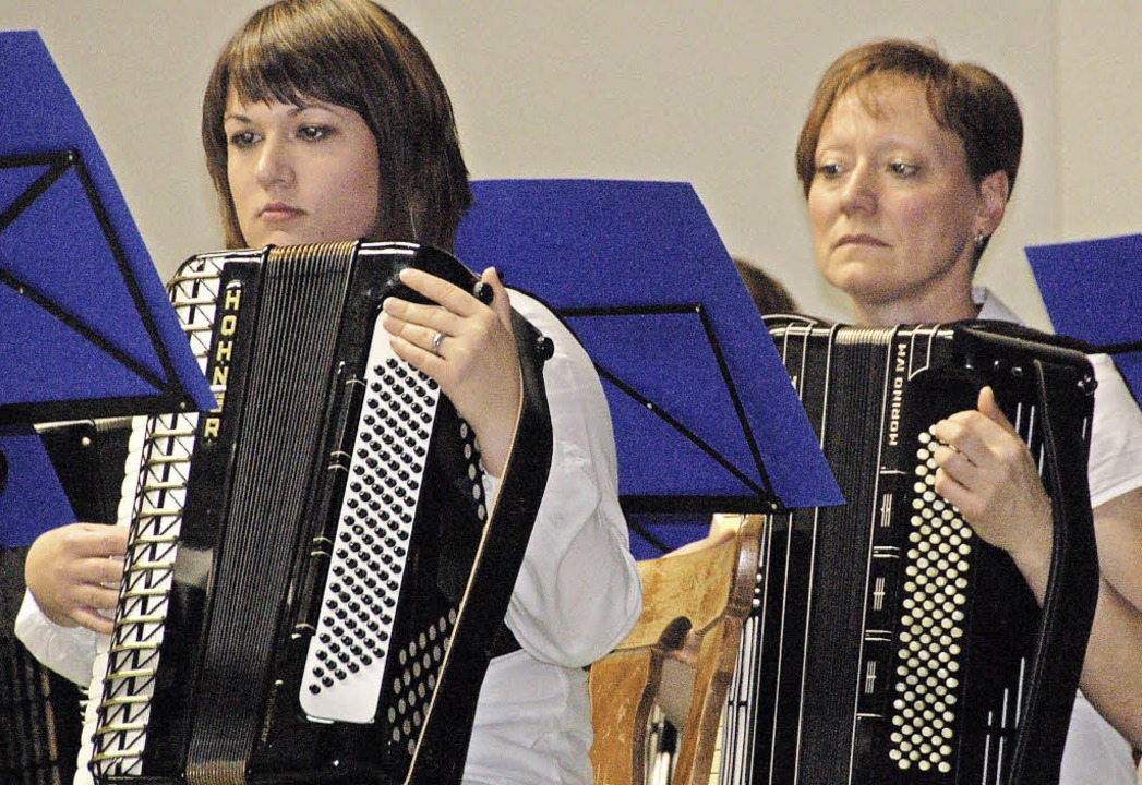 Akkordeonorchester auf der Bühne   | Foto: Pia Grättinger