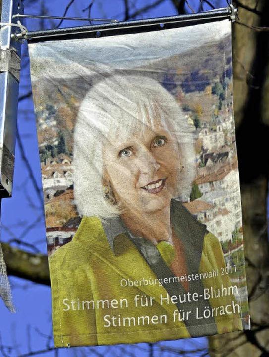 Noch hängt in der Basler Straße ein le...im Sommer 2014 das Lörracher Rathaus.     Foto: Nikolaus Trenz