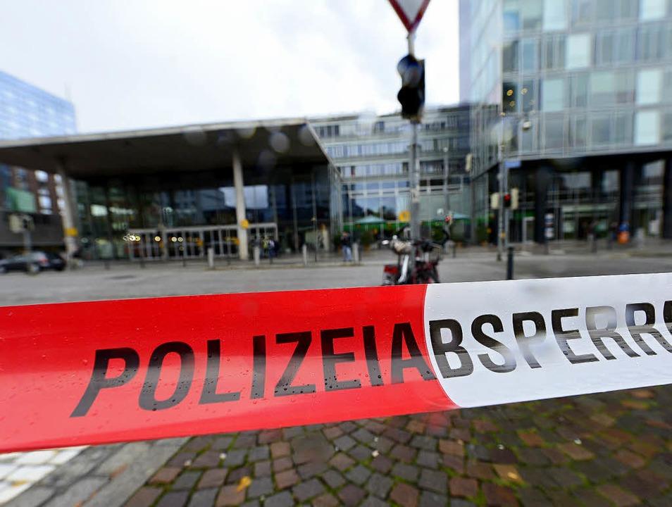 Das Gelände um den Freiburger Hauptbah...grund einer Bombendrohung abgesperrt.   | Foto: Ingo Schneider