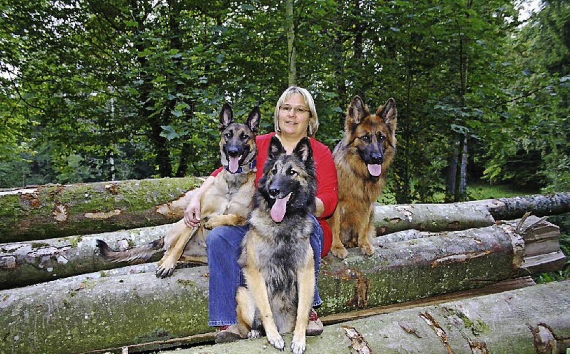 Daniela Salg mit ihren drei Hunden Ava... Schimmelspürhunde zertifiziert sind.   | Foto: Privat
