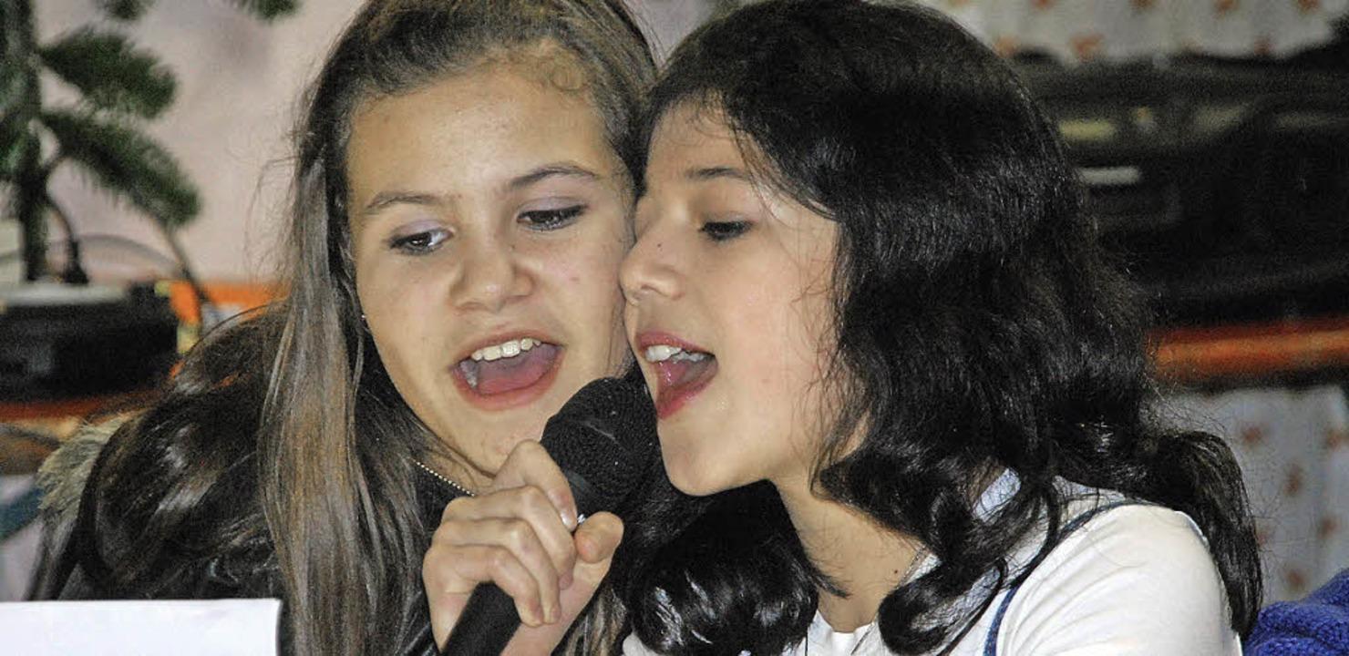 Vicki (links) und Zara singen ein Weihnachtslied  | Foto: Danielle Hirschberger