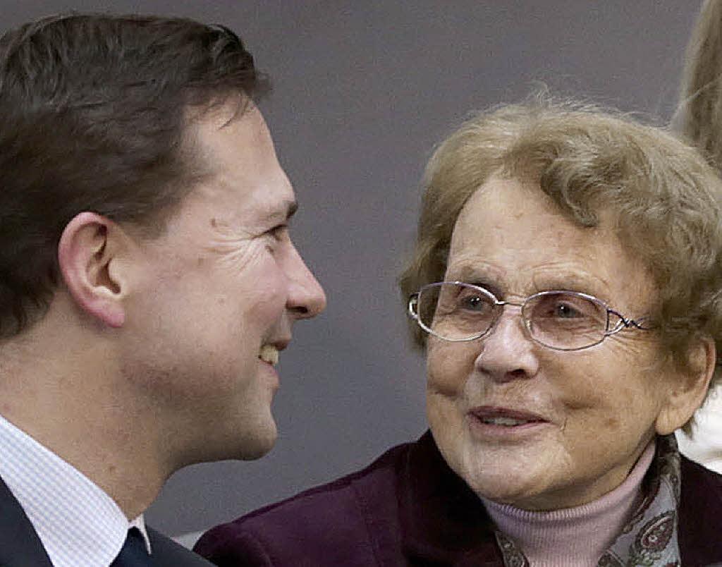 ... Steffen Seibert im Gespräch mit Merkels Mutter Herlind Kasner Foto: dpa