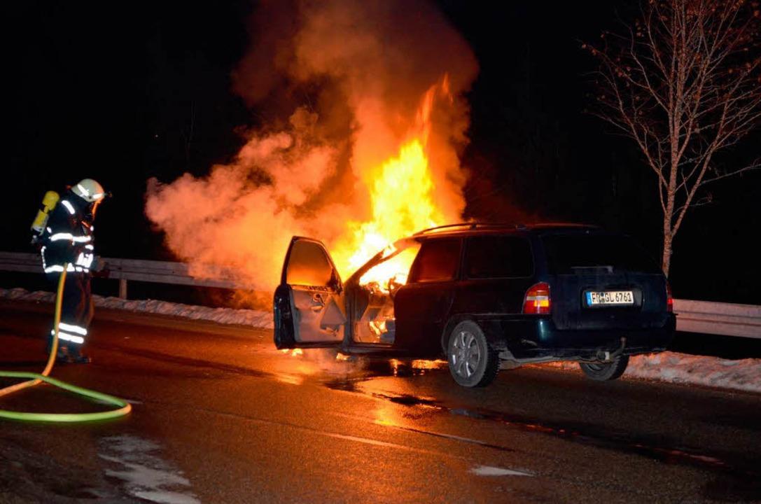 Vollbrand auf der B 31: Der Motor dies...lötzlich, der Fahrer blieb unverletzt.  | Foto: kamera 24