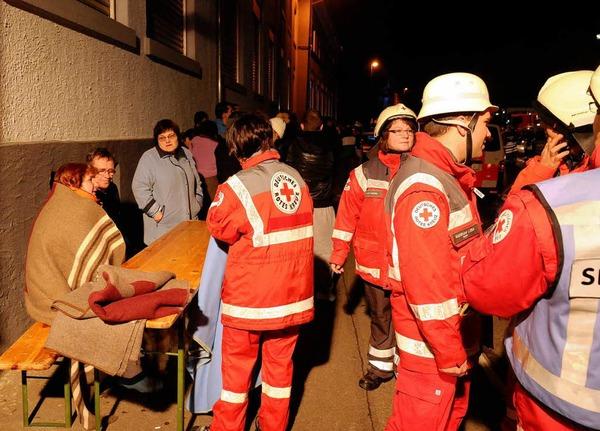 Ein Feuer im Dachgeschoss eines Wohnblocks hat sich rasant ausgebreitet. Manschen kamen nicht zu Schaden - doch die 34 Bewohner müssen zu Weihnachten ausquartiert werden. Der Schaden beläuft sich auf 300.000 Euro.