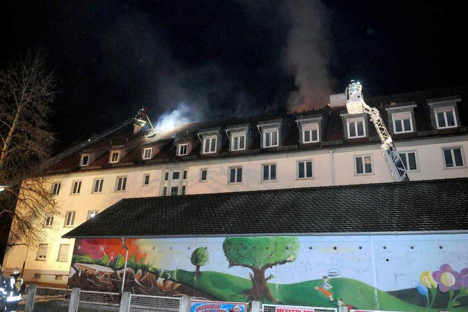 Ein Feuer im Dachgeschoss eines Wohnblocks hat sich rasant ausgebreitet. Manschen kamen nicht zu Schaden – doch die 34 Bewohner müssen zu Weihnachten ausquartiert werden. Der Schaden beläuft sich auf 300.000 Euro. (Foto: WOLFGANG KUENSTLE               )