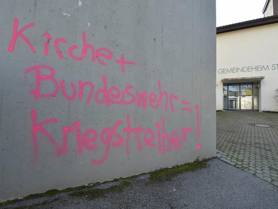 Pink auf Grau: Parolen prangen auf dem...le der Barbara-Kirche in Littenweiler.  | Foto: Michael Bamberger