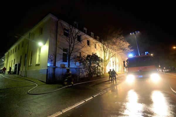 Ein Großaufgebot der Freiburger Feuerwehr löscht den Brand in der Zentralwäscherei der Uniklinik.