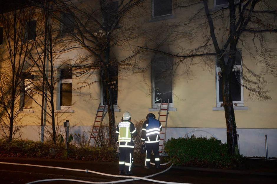 Ein Großaufgebot der Freiburger Feuerwehr löscht den Brand in der Zentralwäscherei der Uniklinik. (Foto: Patrick Seeger)