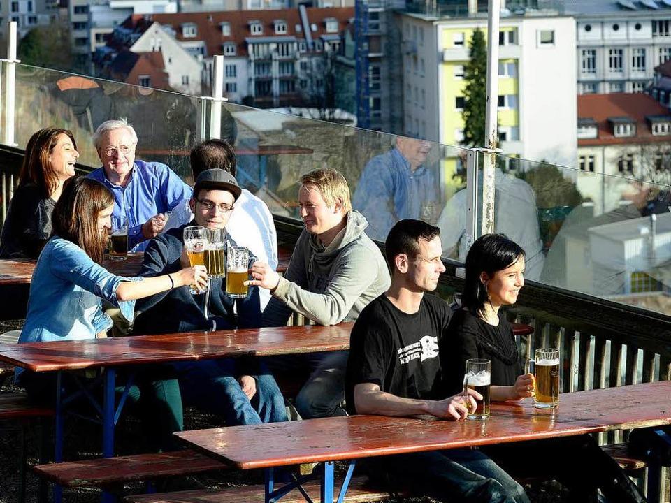 Die Biergartensaison auf dem Schlossberg hat begonnen.  | Foto: Ingo Schneider