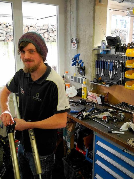 Sebastian Risch bei der Arbeit, die er...kt beherrscht: in der Fahrradwerkstatt  | Foto: Sophia Hesser