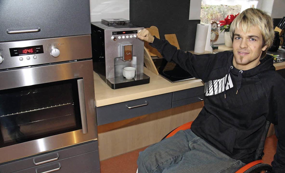 Manuel Reinbold in seiner Wohnung im E...ge Beinfreiheit für den Rollstuhl hat.  | Foto: Gerda Oswald
