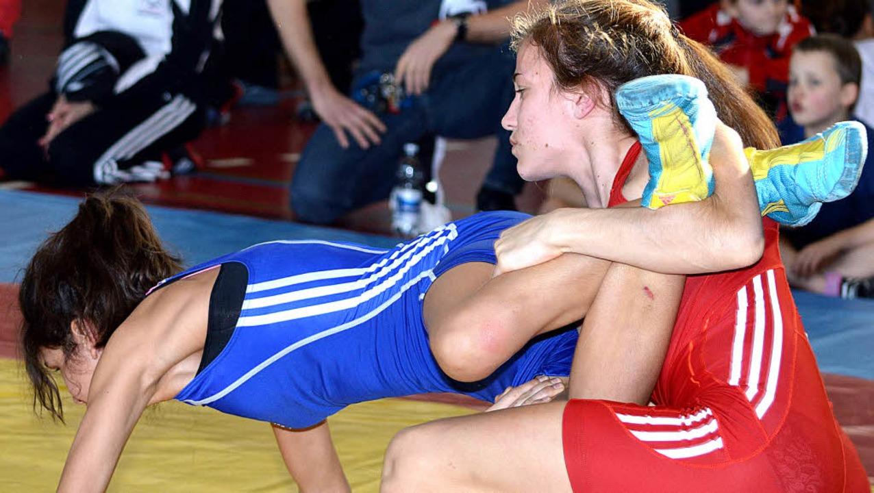 Annika Wendle (rechts) bei ihrem techn...überhöhten Sieg über Kathleen Kinzel.   | Foto:  Lothar Herzog