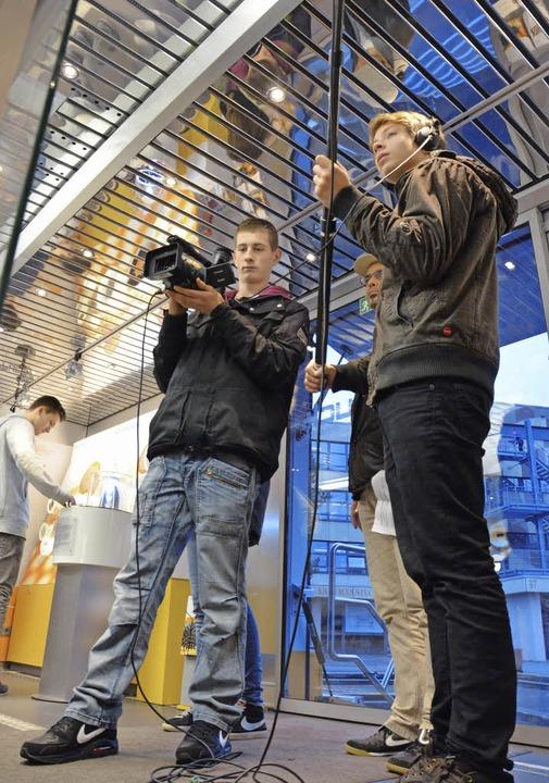Klappe, die erste: Elftklässler drehen einen Filmbeitrag.  | Foto: M. Maier