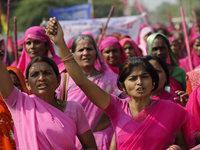 Indische Frauen gehen bewaffnet auf die Straße