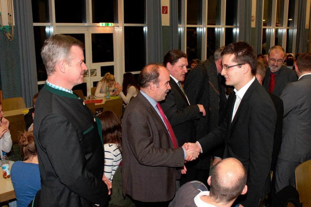 Die Amtskollegen Oliver Rein (links) u...eckenburger aus Bötzingen gratulieren.  | Foto: Mario Schöneberg