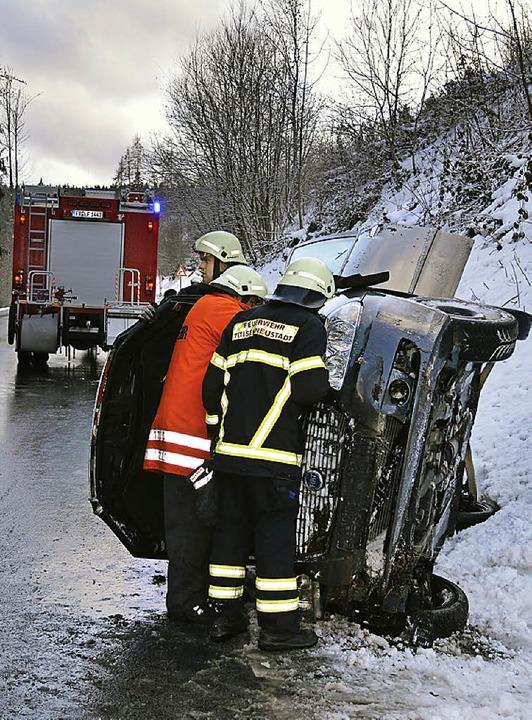 Stabile Seitenlage:  Auf Blitzeis geri... Am Ende lag der Wagen auf der Seite.   | Foto: Kamera 24
