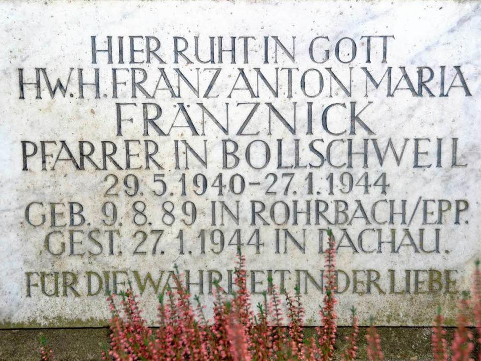 Ein Teil der Asche des Geistlichen ist...en. Dieser Gedenkstein erinnert daran.  | Foto: Tanja Bury