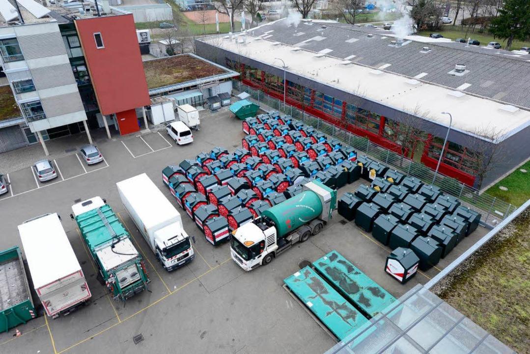 Kurz vor der Auslieferung: die nagelne...rten Altkleidercontainer für Freiburg   | Foto: Ingo Schneider