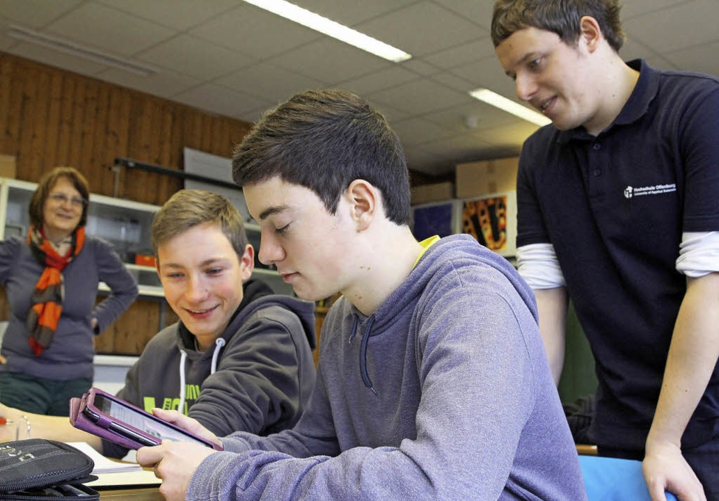 Mathe pauken mit der App (von links): ...gibt Hilfestellung, wenn es nötig ist.  | Foto: Bild honorarfrei