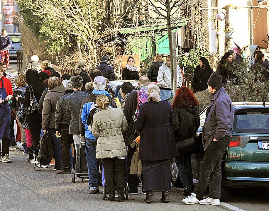 Schlangestehen vor dem Tafelladen    Foto: Thomas Kunz