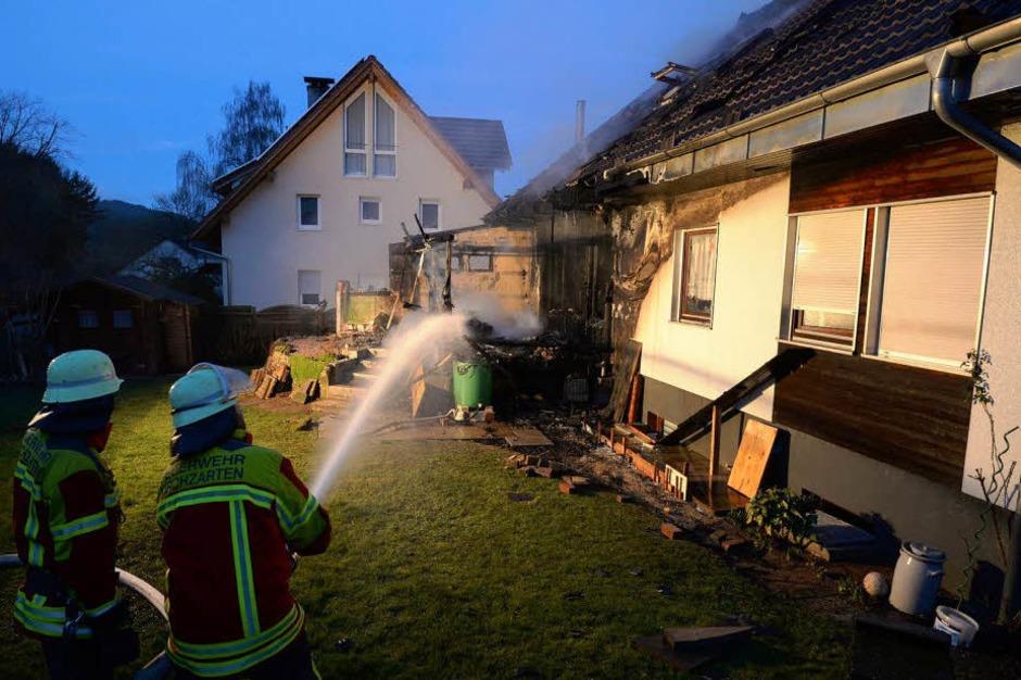 Nach dem Feuer ist das Einfamilienhaus in der Dorfbachstraße in Kirchzarten-Zarten nicht mehr bewohnbar. (Foto: Patrick Seeger)