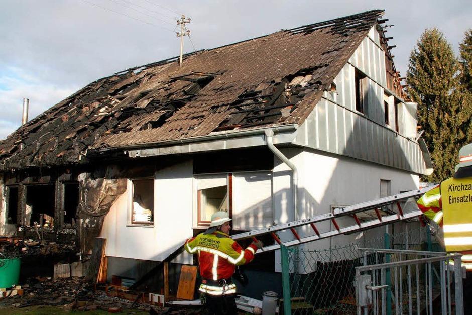 Nach dem Feuer ist das Einfamilienhaus in der Dorfbachstraße in Kirchzarten-Zarten nicht mehr bewohnbar. (Foto: Andreas Peikert)