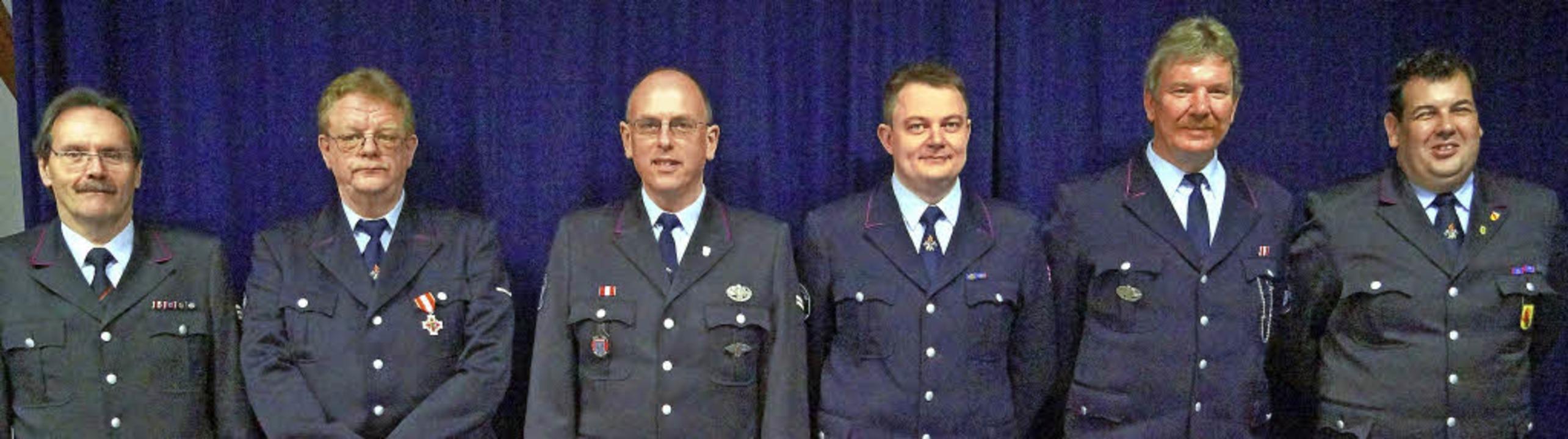 Der stellvertretende Kreisfeuerwehrver...ndant Peter Schelshorn (ganz rechts).   | Foto: Silke Hartenstein