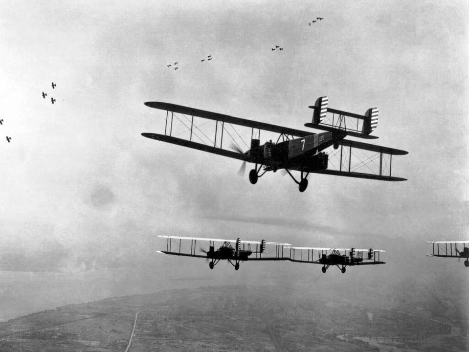 B-2 Doppeldecker aus dem Ersten Weltkrieg im Formationsflug  | Foto: picture-alliance / dpa/dpaweb