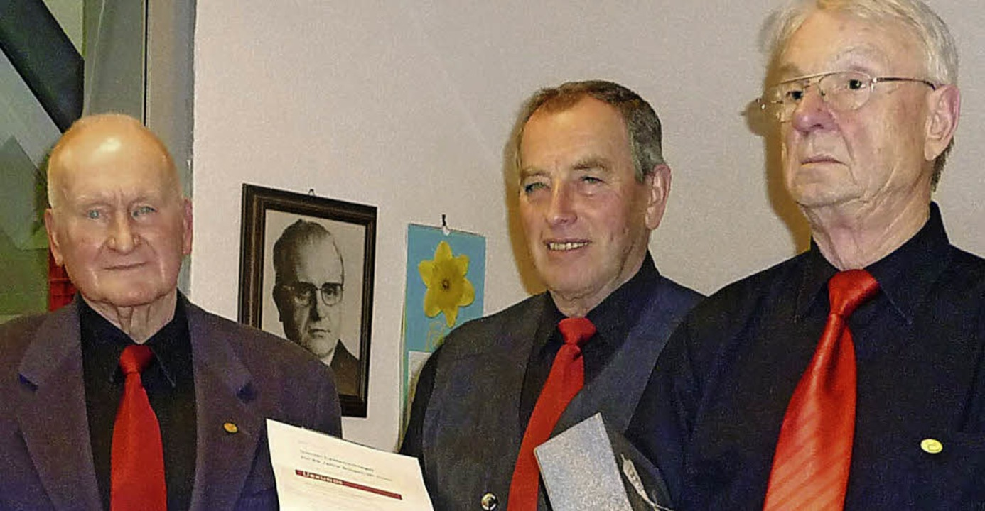 Sie singen zusammen 190 Jahre im Nimbu...utenschlager (60) und Werner Ruf (60).  | Foto: Lauffer