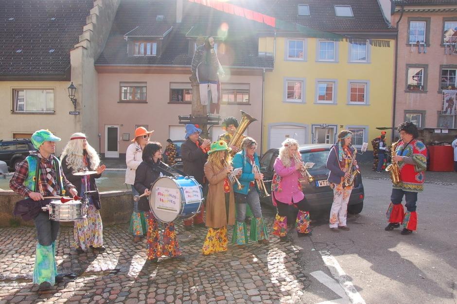 Die Rathaus Hippies und die Röllimusik rockten das Narrenbaumstellen. (Foto: Jutta Binner-Schwarz)