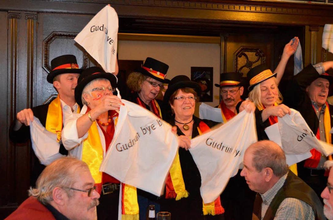 Das Stadtratschörli winkt der OB schon mal ein Good bye.     Foto: Nikolaus Trenz