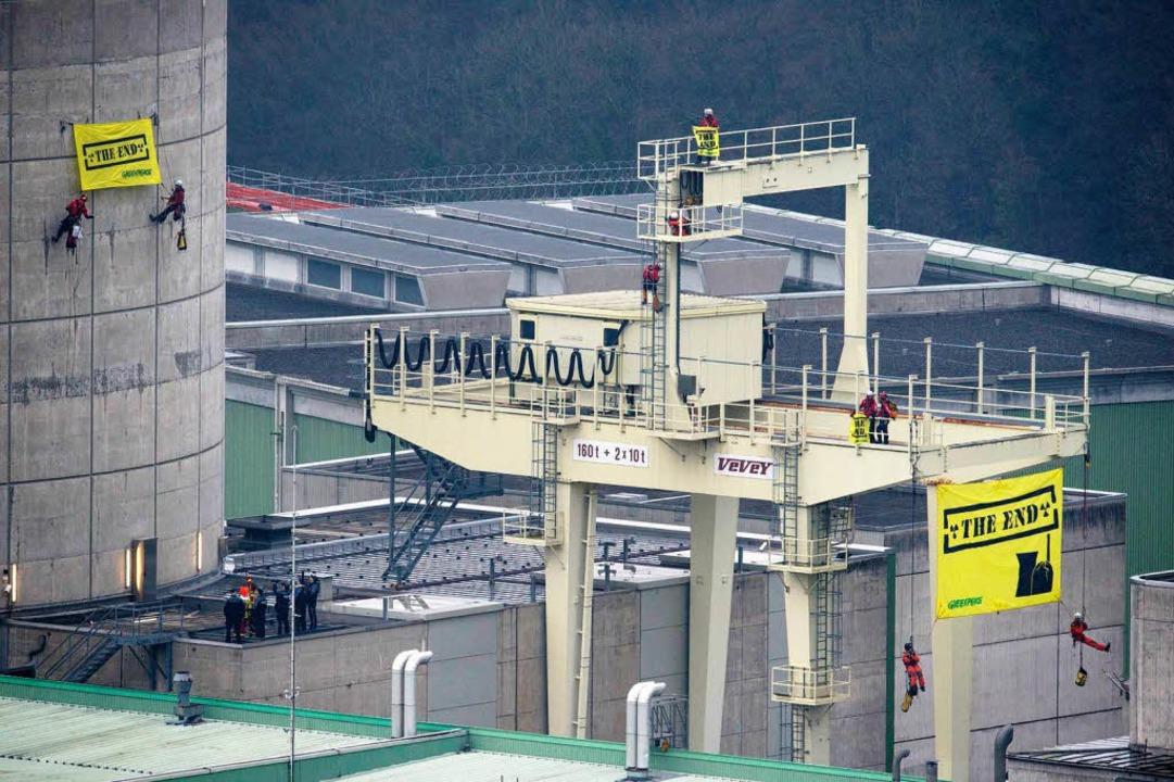 Die Aktivisten fordern die sofortige Abschaltung des Kraftwerks.  | Foto: © Greenpeace / Ex-Press / Flurin Bertschinger