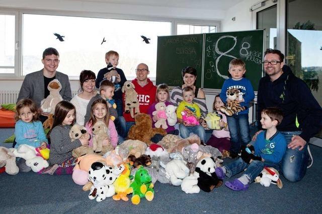 Kuscheltiere von EHC-Fans erfreuen Kinder in Waldkirch