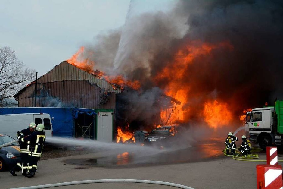 Die Autowerkstatt wurde durch den Brand völlig zerstört. Anwohner werden gebeten Fenster und Türen geschlossen zu halten. (Foto: Kamera24.tv)