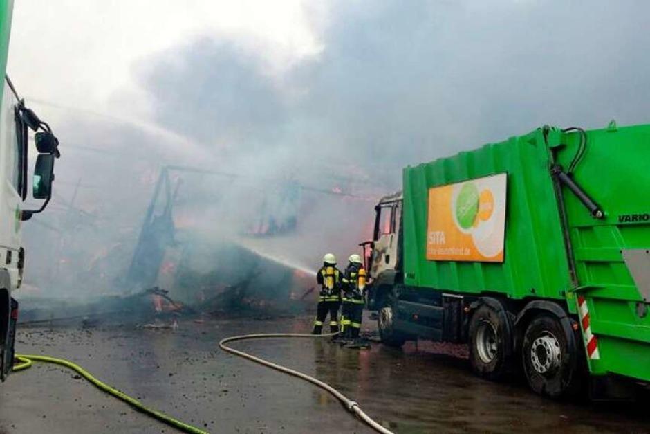 Die Löscharbeiten der Feuerwehr sind in vollem Gange (Foto: Kamera24.tv)