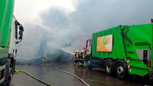 Die Löscharbeiten der Feuerwehr sind in vollem Gange