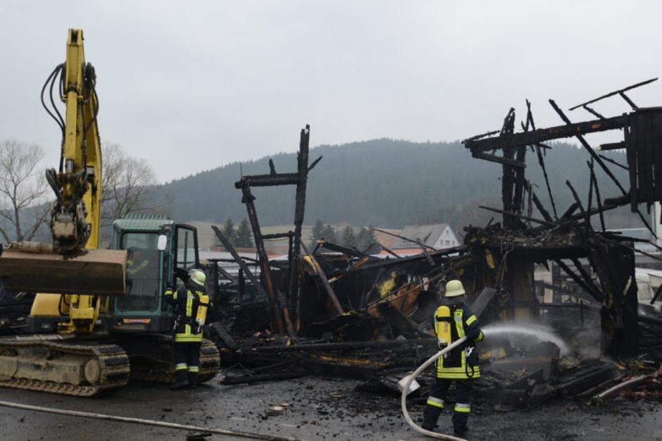 Die Autowerkstatt wurde durch den Brand völlig zerstört. Anwohner werden gebeten Fenster und Türen geschlossen zu halten. (Foto: dpa)