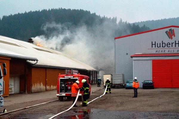 Nachdem am Vormittag eine Autowerkstatt komplett ausbrannte, wurde ein weiteres Feuer in einer Lagerhalle gemeldet.