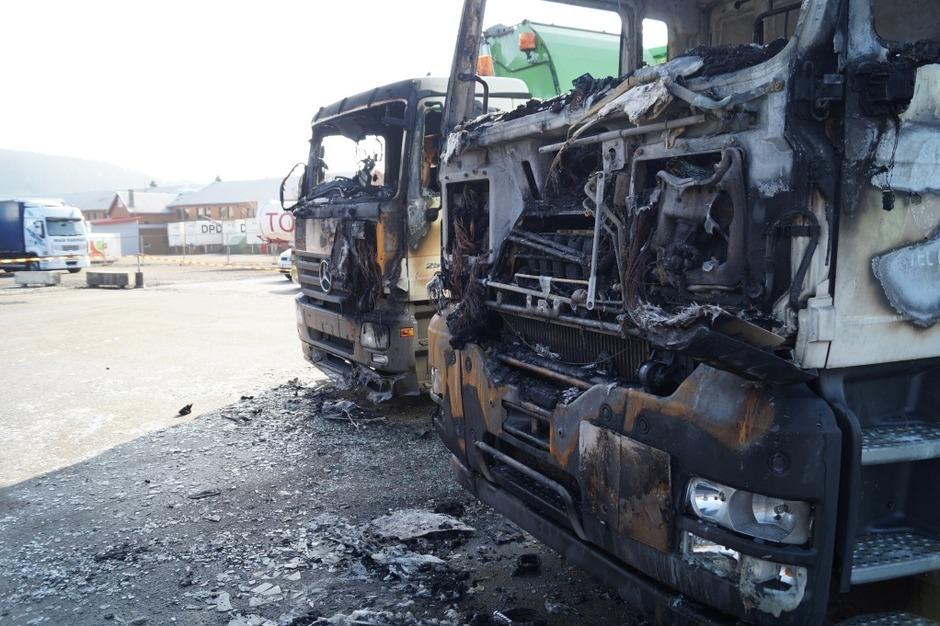 Die Autowerkstatt wurde durch den Brand völlig zerstört. Anwohner werden gebeten Fenster und Türen geschlossen zu halten. (Foto: Sebastian Wolfrum)