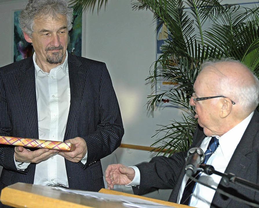 Heinz Schleyer (rechts), der als frühe...Heimleiter Hans Kaufmann ein Geschenk.  | Foto: Regine Ounas-Kräusel