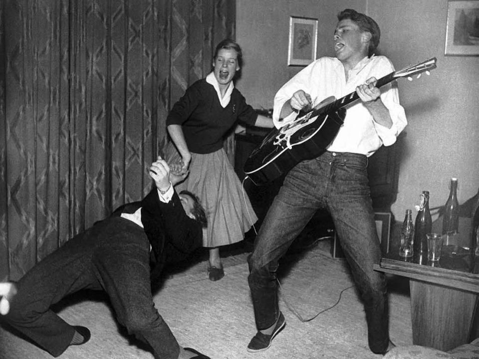 Mit seinen Freunden rockt Peter Kraus ... 1956 in einem  Wohnzimmer in München.  | Foto: DPA